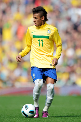 LONDON, ENGLAND - MARCH 27:  Neymar of Brazil on the ball during the International friendly match between Brazil and Scotland at Emirates Stadium on March 27, 2011 in London, England.  (Photo by Jamie McDonald/Getty Images)