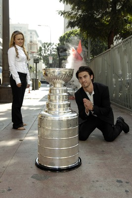 LOS ANGELES - MARCH 15:  (L-R) Actors Milo Ventimiglia and Hayden Panettiere pose with the Stanley Cup on the set of 'Heroes' on March 15, 2007 in Los Angeles, California.  (Photo by Amanda Edwards/Getty Images for The NHL)