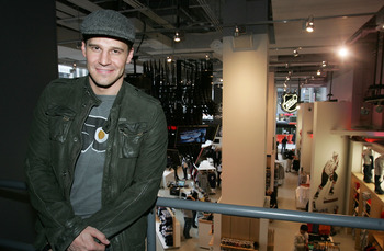 NEW YORK - APRIL 11:  Actor David Boreanaz poses for a photo during his visit to the NHL Store Powered by Reebok on April 11, 2008 in New York City.  (Photo by Mike Stobe/Getty Images for the NHL)