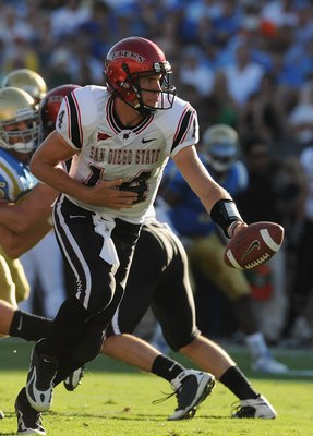 PASADENA, CA - SEPTEMBER 05:   Ryan Lindley #14 of the San Diego State Aztecs hands the ball off during the game against the UCLA Bruins at The Rose Bowl on September 5, 2009 in Pasadena, California.  (Photo by Lisa Blumenfeld/Getty Images)