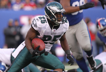 EAST RUTHERFORD, NJ - DECEMBER 19:  LeSean McCoy #25 of the Philadelphia Eagles rushes against the New York Giants at New Meadowlands Stadium on December 19, 2010 in East Rutherford, New Jersey.  (Photo by Nick Laham/Getty Images)