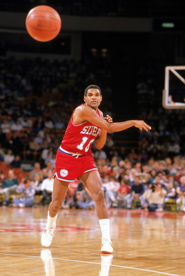 1989:  Maurice Cheeks #10 of the Philadelphia 76ers passes the ball during the 1988-1989 NBA season. (Photo by Mike Powell/Getty Images)