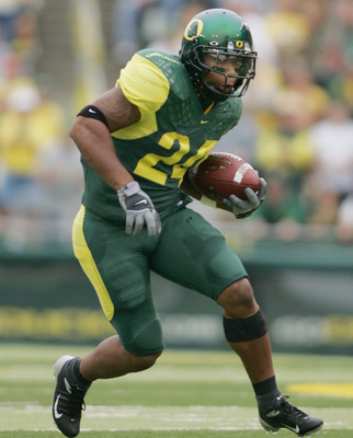 EUGENE, OR - SEPTEMBER 25:  Running back Terrence Whitehead #24 of the Oregon Ducks runs against the Idaho Vandals during the game on September 25, 2004 at Autzen Stadium in Eugene, Oregon. The Ducks won 48-10. (Photo by Jonathan Ferrey/Getty Images)