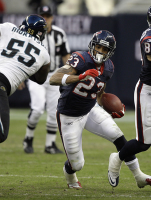 HOUSTON - JANUARY 02:  Running back Arian Foster #23 of the Houston Texans rushes past linebacker Kirk Morrison  #52 of the Jacksonville Jaguars at Reliant Stadium on January 2, 2011 in Houston, Texas.  (Photo by Bob Levey/Getty Images)