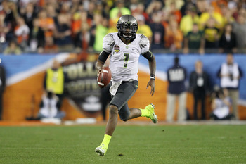 GLENDALE, AZ - JANUARY 10:  Darron Thomas #1 of the Oregon Ducks scrambles against the Auburn Tigers during the Tostitos BCS National Championship Game at University of Phoenix Stadium on January 10, 2011 in Glendale, Arizona.  (Photo by Jonathan Ferrey/G