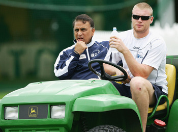 SYDNEY, NSW - OCTOBER 13:  Andrew Flintoff (R) of the ICC World XI sits with Chairman of Selectors Sunil Gavaskar during training at the Sydney Cricket Ground on October 13, 2005 in Sydney, Australia.  (Photo by Hamish Blair/Getty Images)