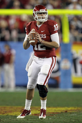 GLENDALE, AZ - JANUARY 01:  Landry Jones #12 of the Oklahoma Sooners looks to throw the ball against the Connecticut Huskies during the Tostitos Fiesta Bowl at the Universtity of Phoenix Stadium on January 1, 2011 in Glendale, Arizona.  (Photo by Ronald M