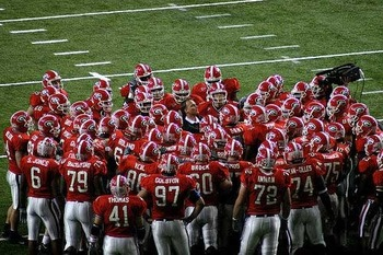 Georgia-football-team-huddle_display_image