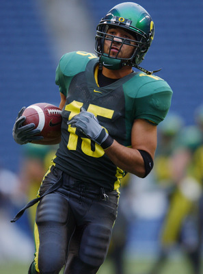 SEATTLE - DECEMBER 30:  Wide receiver Keenan Howry #15 of the University of Oregon Ducks runs with the ball during warm-ups prior to the Seattle Bowl against Wake Forest University Demon Deacons at Seahawks Stadium on December 30, 2002 in Seattle Washingt