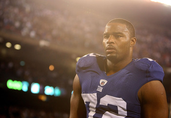 EAST RUTHERFORD, NJ - NOVEMBER 08: Osi Umenyiora #72 of the New York Giants leaves the field after a loss to  the San Diego Chargers at Giants Stadium on November 8, 2009 in East Rutherford, New Jersey.  (Photo by Nick Laham/Getty Images)