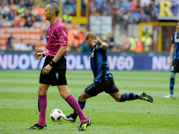 MILAN, ITALY - APRIL 23:  Wesley Sneijder of Inter Milan scores the 1-1 equaliser during the Serie A match between FC Internazionale Milano and SS Lazio at Stadio Giuseppe Meazza on April 23, 2011 in Milan, Italy.  (Photo by Claudio Villa/Getty Images)
