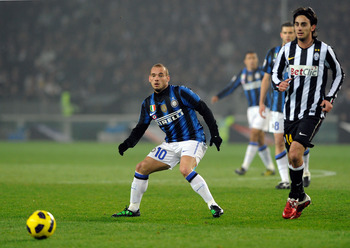 TURIN, ITALY - FEBRUARY 13:  Alberto Aquilani (R) of Juventus FC and Wesley Sneijder of FC Inter Milan compete for the ball during the Serie A match between Juventus FC and FC Internazionale Milano at Olimpico Stadium on February 13, 2011 in Turin, Italy.