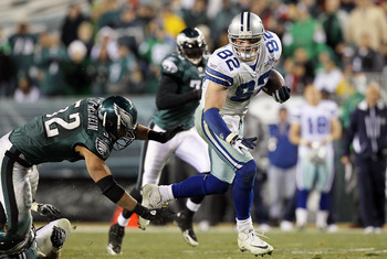 PHILADELPHIA, PA - JANUARY 02:  Jason Witten #82 of the Dallas Cowboys runs the ball after a reception for a long gain late in the fourth quarter against Daniel Te'o-Nesheim #52 of the Philadelphia Eagles on January 2, 2011 at Lincoln Financial Field in P