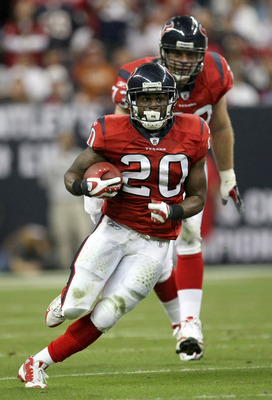 HOUSTON - NOVEMBER 23:  Running back Steve Slaton #20 of the Houston Texans carries the ball against the Tennessee Titans on November 23, 2009  at Reliant Stadium in Houston, Texas. (The Titans won 20-17.  (Photo by Stephen Dunn/Getty Images)