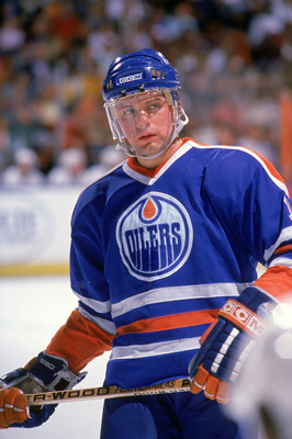 INGLEWOOD, CA - 1988:  Jimmy Carson #12 of the Edmonton Oilers looks on during a game against the Los Angeles Kings in 1988 at the Great Western Forum in Inglewood, California.  (Photo by Mike Powell/Getty Images)