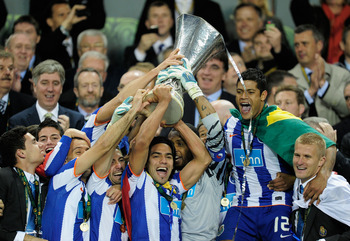 DUBLIN, IRELAND - MAY 18:  Helton and Radamel Falcao Garcia of FC Porto lift the UEFA Europa League Trophy and during the UEFA Europa League Final between FC Porto and SC Braga at Dublin Arena on May 18, 2011 in Dublin, Ireland.  (Photo by Jamie McDonald/