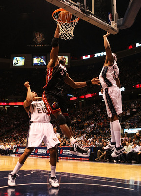 EAST RUTHERFORD, NJ - NOVEMBER 17:  Alonzo Mourning #33 of the Miami Heat dunks the ball against Sean Williams #51 and Jamaal Magloire #20 of the New jersey Nets during their game on November 17, 2007 at the Izod Arena in East Rutherford, New Jersey.  (Ph
