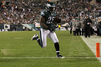 PHILADELPHIA, PA - DECEMBER 02:  Lesean Mccoy #25 of the Philadelphia Eagles scores a 1-yard touchdown reception in the first quarter against the Houston Texans at Lincoln Financial Field on December 2, 2010 in Philadelphia, Pennsylvania.  (Photo by Al Be