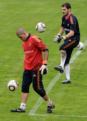 SCHRUNS, AUSTRIA - JUNE 01:  Goalkeeper  Victor Valdes (L) of Spain juggles the ball flanked by his teammate goalkeeper Iker Casillas during a training session on June 1, 2010 in Schruns, Austria.  (Photo by Jasper Juinen/Getty Images)