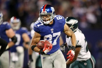 EAST RUTHERFORD, NJ - DECEMBER 13:  Domenik Hixon #87 of the New York Giants runs the ball against the Philadelphia Eagles at Giants Stadium on December 13, 2009 in East Rutherford, New Jersey.  (Photo by Nick Laham/Getty Images)
