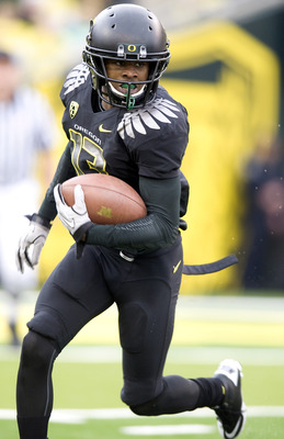 EUGENE, OR - NOVEMBER 06: Cornerback Cliff Harris #13 of the Oregon Ducks runs back a punt in the fourth quarter of the game against the Washington Huskies at Autzen Stadium on November 6, 2010 in Eugene, Oregon. The Ducks won the game 53-16. (Photo by St