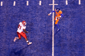 BOISE, ID - NOVEMBER 19:  Kellen Moore #11 of the Boise State Broncos throws a long pass over Anthony Williams #91 of the Fresno State Bulldogs at Bronco Stadium on November 19, 2010 in Boise, Idaho.  (Photo by Otto Kitsinger III/Getty Images)