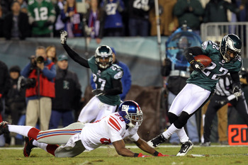 PHILADELPHIA, PA - NOVEMBER 21:  Asante Samuel #22 of the Philadelphia Eagles runs down field against Hakeem Nicks #88 of the New York Giants at Lincoln Financial Field on November 21, 2010 in Philadelphia, Pennsylvania.  (Photo by Nick Laham/Getty Images