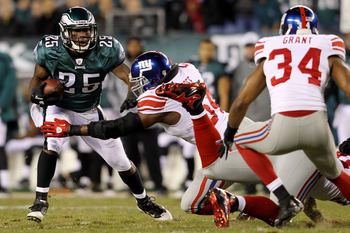 PHILADELPHIA - NOVEMBER 21:  Jonathan Goff #54 of the New York Giants tries to tackle LeSean McCoy #25 of the Philadelphia Eagles at Lincoln Financial Field on November 21, 2010 in Philadelphia, Pennsylvania.  (Photo by Michael Heiman/Getty Images)