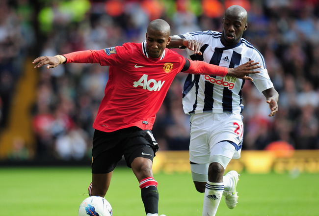 WEST BROMWICH, ENGLAND - AUGUST 14:  Youssouf Mulumbu of West Bromwich Albion challenges Ashley Young of Manchester United during the Barclays Premier League match between West Bromwich Albion and Manchester United at The Hawthorns on August 14, 2011 in W
