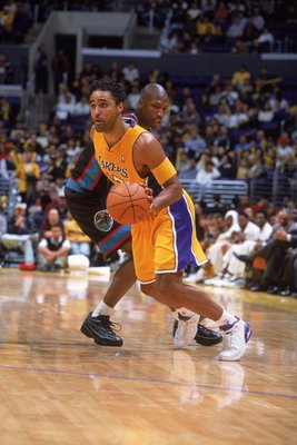 15 Dec 2000:  Rick Fox #17 of the Los Angeles Lakers moves with the ball as Stromile Swift #4 of the Vancouver Grizzlies gaurds him during the game at the STAPLES Center in Los Angeles, California.  The Lakers defeated the Grizzlies 98-76.    NOTE TO USER