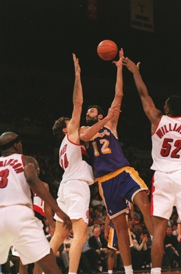 9 Jan 1995: VLADE DIVAC, CENTER FOR THE LOS ANGELES LAKERS, SHOOTS A HOOK SHOT OVER CHRIS DUDLEY OF THE PORTLAND TRAILBLAZERS DURING THE BLAZERS'' 129-83 ROUT IN PORTLAND, OREGON.