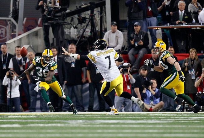 ARLINGTON, TX - FEBRUARY 06:  Ben Roethlisberger #7 of the Pittsburgh Steelers pitches the ball to Antwaan Randle El to score a 2-point conversion in the fourth quarter against Nick Collins #36 and A.J. Hawk #50 of the Green Bay Packers during Super Bowl