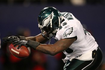 EAST RUTHERFORD, NJ - DECEMBER 13:  Leonard Weaver #43 of the Philadelphia Eagles against the New York Giants at Giants Stadium on December 13, 2009 in East Rutherford, New Jersey.  (Photo by Nick Laham/Getty Images)