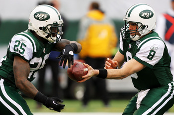 EAST RUTHERFORD, NJ - JANUARY 02:  Mark Brunell #8 and Joe McKnight #25 of the New York Jets run a play against the Buffalo Bills at New Meadowlands Stadium on January 2, 2011 in East Rutherford, New Jersey.  (Photo by Michael Heiman/Getty Images)