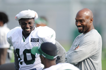 FLORHAM PARK, NJ - AUGUST 07:  Santonio Holmes #10 of the New York Jets (L) talks with Derrick Mason #85 and Plaxico Burress during practice at NY Jets Practice Facility on August 7, 2011 in Florham Park, New Jersey.  (Photo by Patrick McDermott/Getty Ima