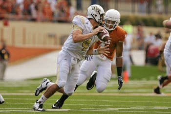 AUSTIN, TX - NOVEMBER 07:  Linebacker Keenan Robinson #1 of the Texas Longhorns pressures quarterback Rob Calabrese #4 of the UCF Knights on November 7, 2009 at Darrell K Royal - Texas Memorial Stadium in Austin, Texas.  Texas won 35-3.  (Photo by Brian B