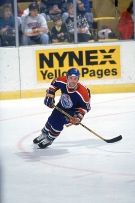 1990:  Forward Ken Linseman #13 of the Edmonton Oilers skates on the ice during a 1990-91 season game against the Buffalo Sabres. (Photo by Rick Stewart/Getty Images)