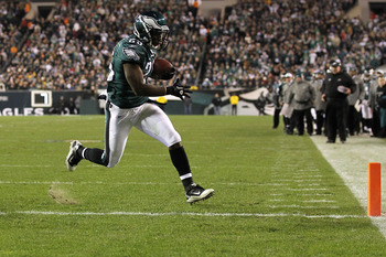 PHILADELPHIA, PA - DECEMBER 02:  LeSean McCoy #25 of the Philadelphia Eagles scores a 1-yard touchdown reception in the first quarter against the Houston Texans at Lincoln Financial Field on December 2, 2010 in Philadelphia, Pennsylvania. The Eagles won 3