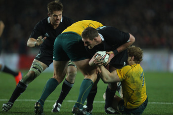 AUCKLAND, NEW ZEALAND - AUGUST 06:  Kieran Read of the All Blacks looks to offload the ball to Richie McCaw during the Tri-Nations Bledisloe Cup match between the New Zealand All Blacks and the Australian Wallabies at Eden Park on August 6, 2011 in Auckla