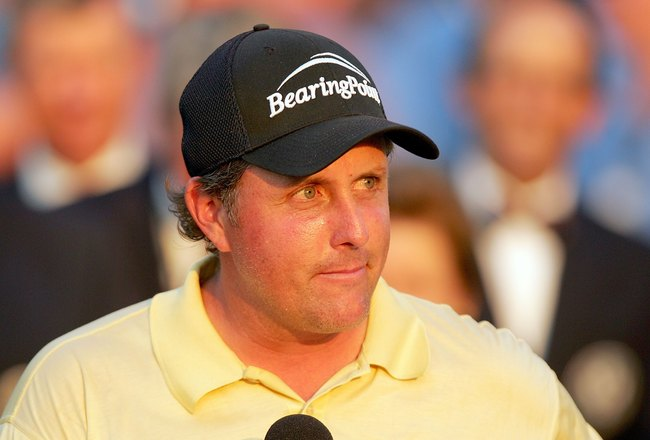 MAMARONECK, NY - JUNE 18:  Phil Mickelson speaks to the gallery on the 18th green during the final round of the 2006 US Open Championship at Winged Foot Golf Club on June 18, 2006 in Mamaroneck, New York.  (Photo by Ezra Shaw/Getty Images)