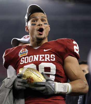 GLENDALE, AZ - JANUARY 01:  Travis Lewis #28 of the Oklahoma Sooners celebrates the Sooners 48-20 victory against the Connecticut Huskies during the Tostitos Fiesta Bowl at the Universtity of Phoenix Stadium on January 1, 2011 in Glendale, Arizona.  (Phot