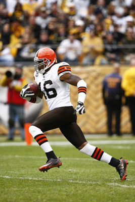 PITTSBURGH, PA - OCTOBER 18: Josh Cribbs #16 of the Cleveland Browns returns a kickoff for a touchdown in the first half against the Pittsburgh Steelers at Heinz Field on October 18, 2009 in Pittsburgh, Pennsylvania. (Photo by Joe Robbins/Getty Images)