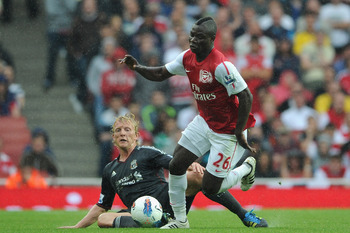 LONDON, ENGLAND - AUGUST 20:  Dirk Kuyt of Liverpool attempts to tackle Emmanuel Frimpong of Arsenal during the Barclays Premier League match between Arsenal and Liverpool at the Emirates Stadium on August 20, 2011 in London, England.  (Photo by Michael R