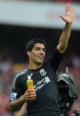 LONDON, ENGLAND - AUGUST 20:  Luis Suarez of Liverpool waves to fans as he celebrates victory after the Barclays Premier League match between Arsenal and Liverpool at the Emirates Stadium on August 20, 2011 in London, England.  (Photo by Michael Regan/Get