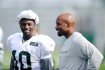 FLORHAM PARK, NJ - AUGUST 07:  Derrick Mason #85 of the New York Jets speaks with Santonio Holmes #10 during practice at NY Jets Practice Facility on August 7, 2011 in Florham Park, New Jersey.  (Photo by Patrick McDermott/Getty Images)