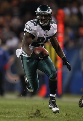 CHICAGO - NOVEMBER 28: LeSean McCoy #25 of the Philadelphia Eagles runs against the Chicago Bears at Soldier Field on November 28, 2010 in Chicago, Illinois. The Bears defeated the Eagles 31-26. (Photo by Jonathan Daniel/Getty Images)