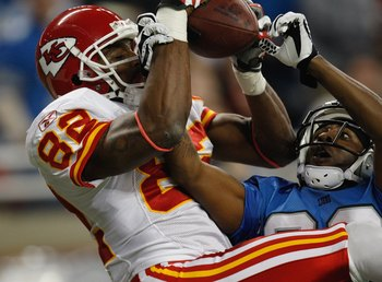 DETROIT - DECEMBER 23:  Dwayne Bowe #82 of the Kansas City Chiefs pulls in a catch against the Detroit Lions on December 23, 2007 at Ford Field in Detroit, Michigan. (Photo byGregory Shamus/Getty Images)