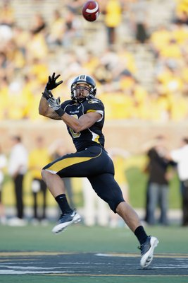 COLUMBIA, MO - NOVEMBER 7:  Wes Kemp #8 of the Missouri Tigers moves to catch the pass during the game against the Baylor Bears at Faurot Field/Memorial Stadium on November 7, 2009 in Columbia, Missouri. (Photo by Jamie Squire/Getty Images)