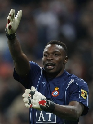 MADRID, SPAIN - MARCH 08: Espanol's goalkeeper  Carlos Kameni tries to communicate with the linesman   during the La Liga match between Real Madrid and Espanol at the Santiago Bernabeu stadium on March 8, 2008 in Madrid, Spain.  (Photo by Denis Doyle/Gett