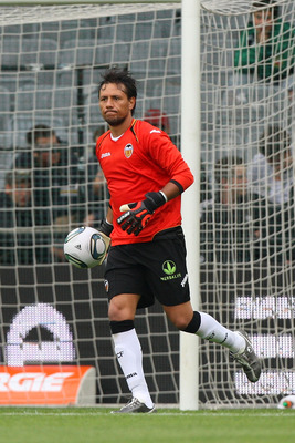 VIENNA, AUSTRIA - JULY 26:  Diego Alves of Valencia CF in action during the preseason friendly match between SK Rapid Wien and Valencia CF at Gerhard Hanappi Stadion on July 26, 2011 in Vienna, Austria.  (Photo by Paolo Bruno/Getty Images)